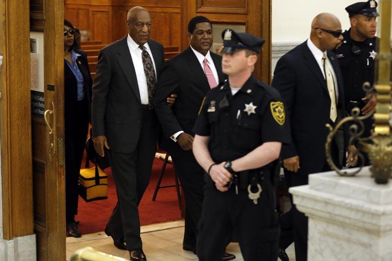 TVX01 PENSILVANIA (ESTADOS UNIDOS), 24/05/2016.- El comediante estadounidense Bill Cosby (i) abandona el juzgado del Condado de Montgomery tras asistir a una vista preliminar en Norristown, Pensilvania (Estados Unidos), hoy, 24 de mayo de 2016. Más de medio centenar de mujeres afirman haber sufrido abusos en el pasado por parte de Cosby, que en 2005 había admitido bajo juramento haber adquirido sedantes para administrarlos a mujeres con las que quería mantener relaciones sexuales. EFE/MATT ROURKE / POOL