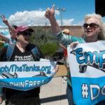 Ambientalistas se manifiestan contra futuro delfinario de Arizona