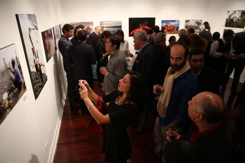 LIM01. LIMA (PERÚ), 03/05/2016.- Los asistentes recorren la exposición por los 50 años de la Agencia en Perú hoy, martes 3 de mayo de 2016, en el Centro Cultural de España en la ciudad de Lima (Perú). EFE/ERNESTO ARIAS