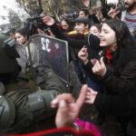 Chile: Estudiantes y policía se enfrentan tras fallida marcha de protesta