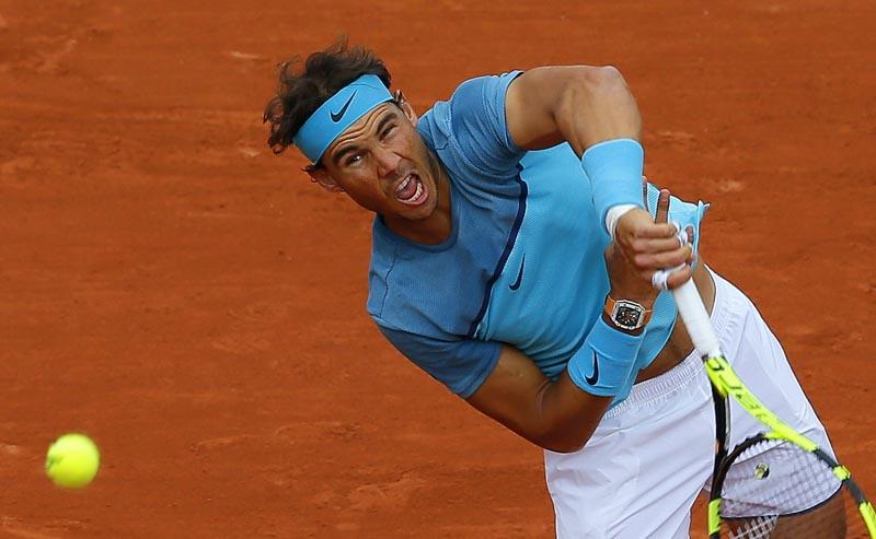 FR01 PARÍS (FRANCIA) 24/05/2016.- El español Rafael Nadal sirve la bola contra el australiano Sam Groth durante su partido de la primera ronda del torneo de Roland Garros disputado hoy, 24 de mayo de 2016, en París, Francia. Nadal ganó por 6-1, 6-1, 6-1 en 1 hora y 20 minutos. EFE/Robert Ghement