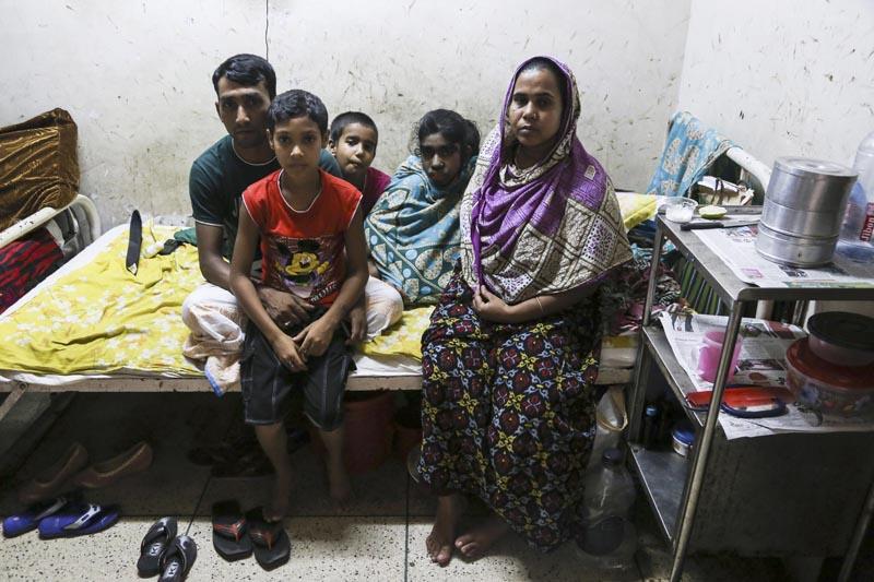 GRA012. DACCA, 28/05/2016.- Biti Akhtar (2d), de 12 años, junto a sus padres y hermanos en una habitación del Hospital Universitario Bangabandhu Sheikh Mujib de Dacca, el 25 de mayo de 2016. La familia de Bithi acudió a curanderos o a la religión para intentar acabar con el manto de pelo que cubre a su niña, pero no fue hasta su llegada a un hospital capitalino en Bangladesh donde se vislumbró la posibilidad de curarla de lo que parece un probable caso del síndrome del hombre lobo. EFE/Igor G. Barbero