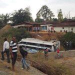 India: Al menos 16 muertos y 36 heridos al caer autobús de un puente