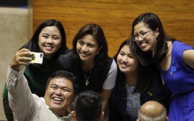 """FRM07 MANILA (FILIPINAS) 30/05/2016.- La vicepresidenta electa filipina Maria Leonor Gerona Robredo (3º izq), acompañada de sus hijas, posa para un selfie tras el acto de proclamación del nuevo presidente de Filipinas, Rodrigo Duterte, en Manila (Filipinas) hoy, 30 de mayo de 2016. Duterte fue proclamado hoy nuevo presidente de Filipinas en un acto conjunto del Congreso y el Senado en Manila al que el mandatario no asistió por considerarlo """"cursi"""".EFE/Mark R. Cristino"""