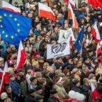 Polacos protestan en las calles contra gobierno conservador