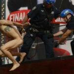EEUU: Hombre desnudo salta en Times Square porDonald Trump