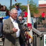 EEUU: Candidato republicano regala rifle para sortear entre sus seguidores