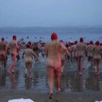 Antártida: Nudistas celebran inicio del inviernonadandoen mar helado