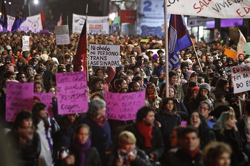 """MON205. MONTEVIDEO (URUGUAY), 03/06/2016.- Personas participan en una marcha contra la violencia hacia las mujeres hoy, viernes 3 de junio de 2016, en Montevideo (Uruguay). Alrededor de 5.000 personas marcharon bajo el lema """"ni una menos"""", en el marco de una convocatoria secundada en varios puntos del país, donde, desde comienzos de año, 12 mujeres fueron asesinadas por sus parejas. EFE/Javier Roibás Veiga"""