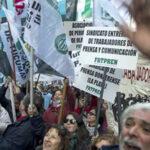Argentina: Trabajadores de la prensa marchan en protesta contra despidos