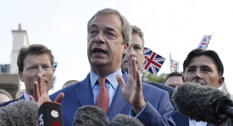 HM050 LONDRES (REINO UNIDO) 24/06/2016.- El líder del partido eurófobo, Nigel Farage, realiza unas declaraciones ante los medios en Londres (Reino Unido) hoy, 24 de junio de 2016. En declaraciones a la prensa frente al Palacio de Westminster, sede del Parlamento británico, Farage dijo también que el 23 de junio -cuando se celebró el plebiscito sobre la UE- debería ser declarado día festivo en el Reino Unido y considerado como la jornada en que el país recuperó su independencia. EFE/Hannah Mckay