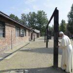 Polonia: Papa Francisco recorrió en silencio Auschwitz (VIDEO)