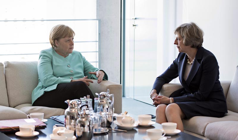 """BER101 BERLÍN (ALEMANIA), 20/07/2016.- Fotografía facilitada por el Gobierno Federal alemán que muestra a la canciller alemana, Angela Merkel (i), mientras conversa con la primera ministra británica, Theresa May, durante su reunión en la Cancillería de Berlín, Alemania, hoy, 20 de julio de 2016. May realiza su primer viaje al extranjero desde que asumió el cargo tras el triunfo del """"brexit"""" en el referéndum celebrado en el Reino Unido. EFE/Guido Bergmann SÓLO USO EDITORIAL/PROHIBIDA SU VENTA"""