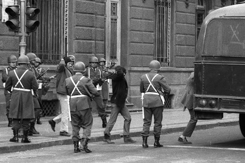 MMCHI905.jpg - - 1973 File Photo: A group of Allende´s bodyguards are held prisoners by Carabineros, across the street from La Moneda. All of them were killed later. Photographed during the aftermath of the coup d'etat led by Commander of the Army General Augusto Pinochet. - Santiago - Chile - Horacio Villalobos.- DRAMA CHILENO.- DERROCAMIENTO DE SALVADOR ALLENDE.- DICTADURA DE PINOCHET.- 30 AÑOS.- GOLPE DE ESTADO EN CHILE.- MADRID