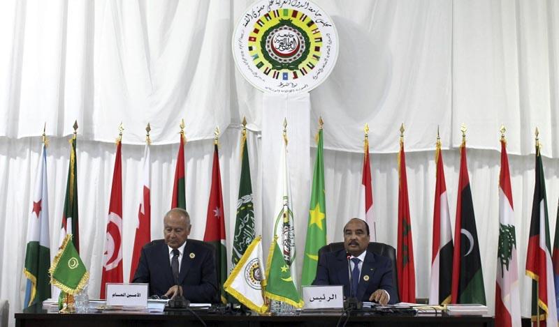 n01 NUAKCHOT (MAURITANIA), 25/07/2016.- El presidente de Mauritania, Mohamed Ould Abdel Aziz (d), y el secretario general de la Liga Árabe, Ahmed Aboul Gheit, durante la cumbre anual de la Liga de Estados Árabes (LEA), en Nuakchot, Mauritania, hoy, 25 de julio de 2016. Decenas de dirigentes árabes se reunirán desde hoy en la capital mauritana, en su cumbre anual en medio de cierto escepticismo debido a las discrepancias entre los países y su posible impacto sobre las resoluciones que serán adoptadas. EFE/STR