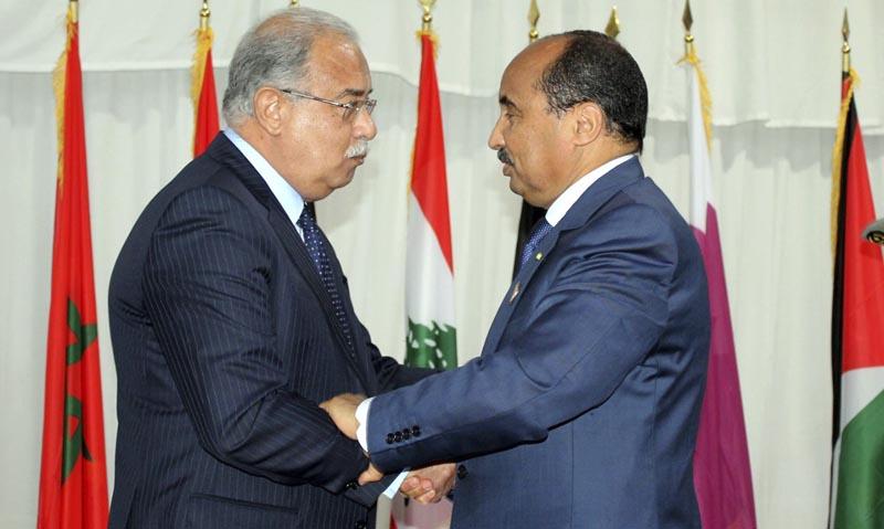 n01 NUAKCHOT (MAURITANIA), 25/07/2016.- El presidente de Mauritania, Mohamed Ould Abdel Aziz (d), estracha la mano del primer ministro egipcio, Sherif Ismail, durante la cumbre anual de la Liga de Estados Árabes (LEA), en Nuakchot, Mauritania, hoy, 25 de julio de 2016. Decenas de dirigentes árabes se reunirán desde hoy en la capital mauritana, en su cumbre anual en medio de cierto escepticismo debido a las discrepancias entre los países y su posible impacto sobre las resoluciones que serán adoptadas. EFE/STR