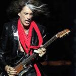 EEUU: Joe Perry, guitarrista de Aerosmith, se desmayó en concierto