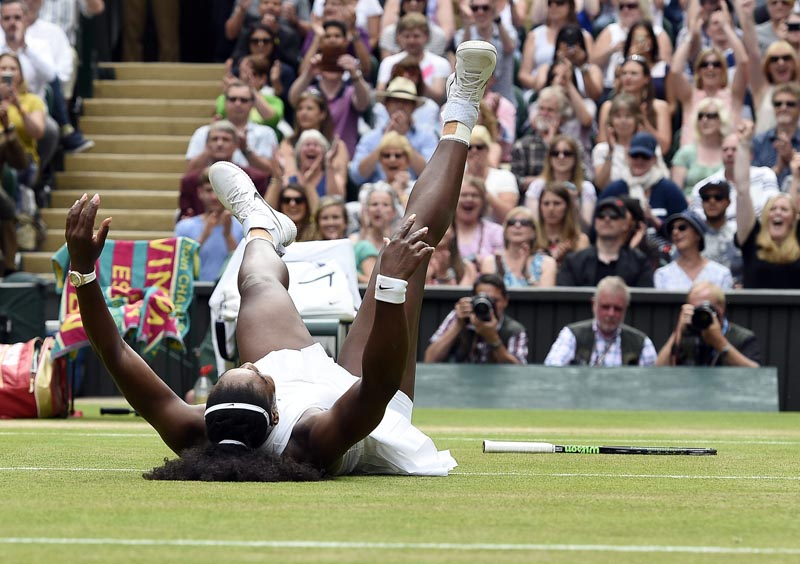 . Wimbledon (United Kingdom), 09/07/2016.- Serena Williams of the US celebrates her win over Angelique Kerber of Germany in their ladies' singles final during the Wimbledon Championships at the All England Lawn Tennis Club, in London, Britain, 09 July 2016. (Londres, Tenis, Alemania) EFE/EPA/FACUNDO ARRIZABALAGA EDITORIAL USE ONLY/NO COMMERCIAL SALES