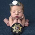 La foto viral de una bebé con la placa del policía que ayudó en el parto