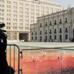 Víctimas de la dictadura tiñen de rojo agua de fuente del Palacio La Moneda