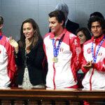 Congreso rinde homenaje a surfistas campeones mundiales