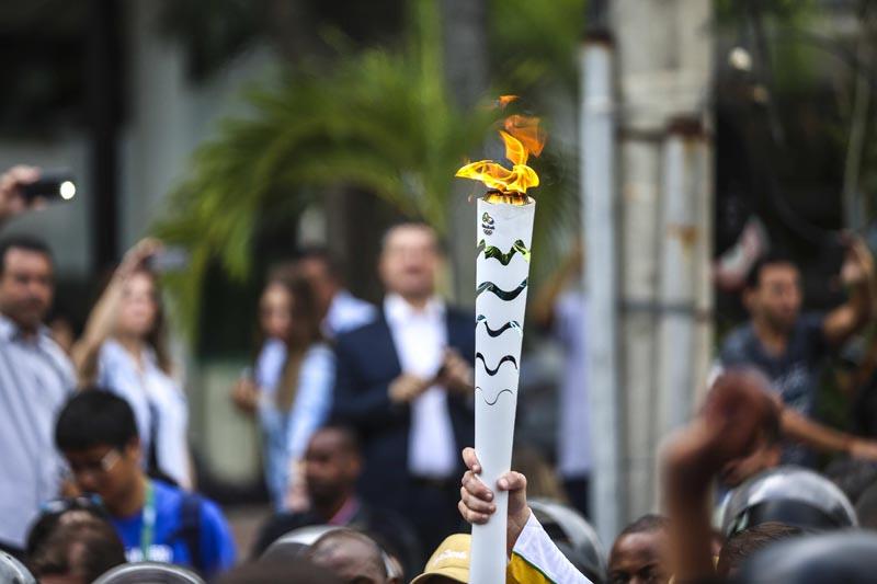 BRA01. RÍO DE JANEIRO (BRASIL), 03/08/16.- Vista de la antorcha olímpica hoy, miércoles 3 de agosto de 2016, a su llegada en la ciudad de Río de Janeiro (Brasil), sede de los Juegos Olímpicos que empiezan el viernes 5 de agosto. EFE/ Antonio Lacerda