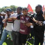 Brasil: Hinchas invaden el campo y agreden a jugadores del Sao Paulo