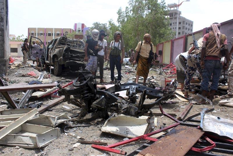 ARH08 ADÉN (YEMEN) 29/08/2016.- Yemeníes inspeccionan el lugar donde se ha producido un atentado con bomba en la ciudad portuaria de Adén en Yemen hoy, 29 de agosto de 2016. Al menos 50 personas murieron hoy y más de 60 resultaron heridas por la explosión de un coche bomba en un centro de reclutamiento del Ejército en la ciudad de Adén, en el sur del Yemen, informaron a Efe fuentes médicas. EFE/Str