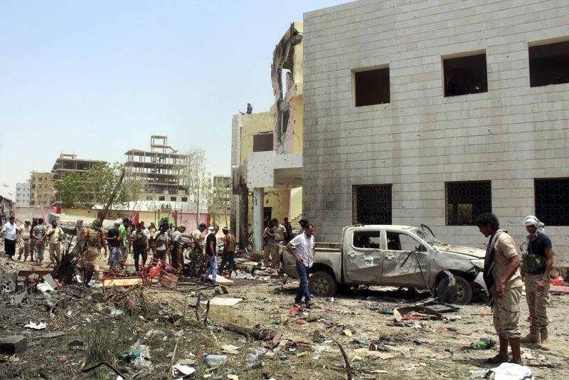 ARH06 ADÉN (YEMEN) 29/08/2016.- Yemeníes inspeccionan el lugar donde se ha producido un atentado con bomba en la ciudad portuaria de Adén en Yemen hoy, 29 de agosto de 2016. Al menos 50 personas murieron hoy y más de 60 resultaron heridas por la explosión de un coche bomba en un centro de reclutamiento del Ejército en la ciudad de Adén, en el sur del Yemen, informaron a Efe fuentes médicas. EFE/Str