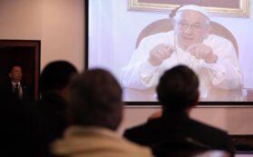 BOG30. BOGOTÁ (COLOMBIA), 27/08/2016.- El papa Francisco envía un mensaje hoy, sábado 27 de agosto de 2016, durante la instalación del Jubileo Continental de la Misericordia al que asisten más de 100 obispos y 16 cardenales de la Iglesia Católica y al cual asistió el presidente de Colombia Juan Manuel Santos, en Bogotá (Colombia). El papa Francisco condenó la cultura de la desigualdad, que ensalza a los poderosos y desprecia a los humildes, en un mensaje enviado al Jubileo Continental de la Misericordia que comenzó hoy en Bogotá con la presencia de más de 100 obispos y 16 cardenales.EFE/MAURICIO DUENAS CASTAÑEDA