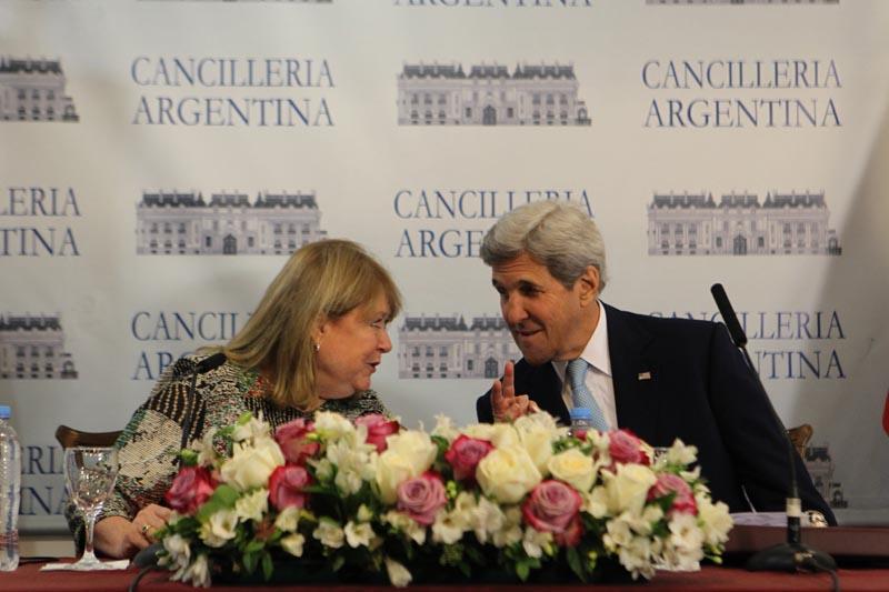 """BAS00. BUENOS AIRES (ARGENTINA), 04/08/2016.- El secretario de Estado estadounidense John Kerry (d) conversa con su homóloga argentina Susana Malcorra (i) hoy, jueves 04 de agosto de 2016, durante una rueda de prensa conjunta en Buenos Aires (Argentina). Argentina y EE.UU. apoyan los """"esfuerzos"""" para alentar el """"regreso a la estabilidad y a una democracia genuina"""" en Venezuela, dijo Kerry, en una visita oficial al país suramericano. """"Compartimos nuestras preocupaciones y acordamos en lo importante que es realizar un diálogo político y establecer un cronograma para completar el proceso de revocación y respetar el Estado de Derecho y el papel de la Asamblea Nacional"""", agregó. EFE/Alberto Ortiz"""
