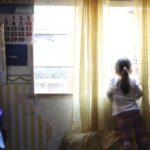 Hombre atrapa en el aire a una niña que cayó de un octavo piso