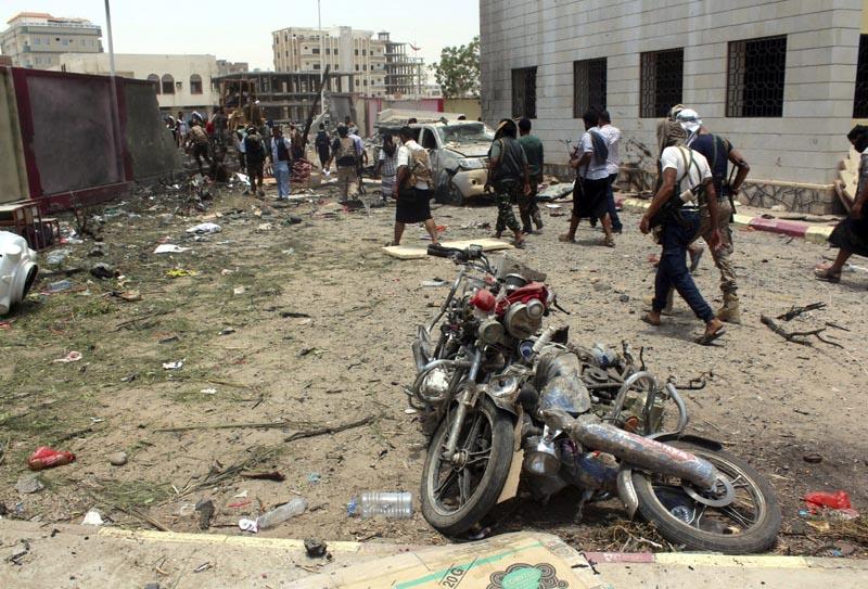 ARH05 ADÉN (YEMEN) 29/08/2016.- Yemeníes inspeccionan el lugar donde se ha producido un atentado con bomba en la ciudad portuaria de Adén en Yemen hoy, 29 de agosto de 2016. Al menos 50 personas murieron hoy y más de 60 resultaron heridas por la explosión de un coche bomba en un centro de reclutamiento del Ejército en la ciudad de Adén, en el sur del Yemen, informaron a Efe fuentes médicas. EFE/Str