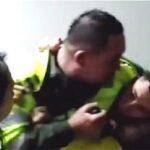 Policías agreden a periodistas de TV colombiana en Bogotá (video)
