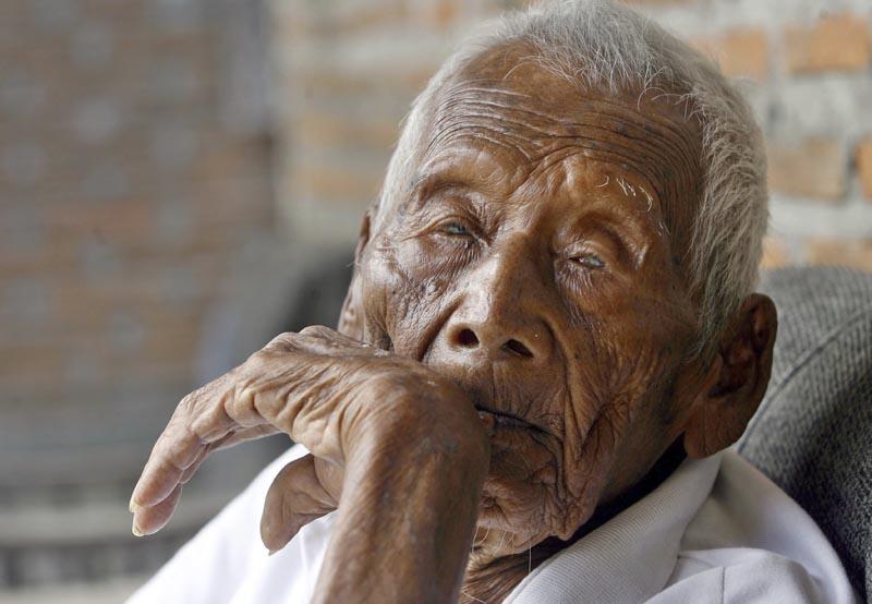 """LUT08 SRAGEN (INDONESIA) 29/08/2016.- Sodimejo alias """"Mbath Gotho"""", de 145 años de edad, posa durante una entrevista en su casa en Sragen (Indonesia) hoy, 29 de agosto de 2016. Sodimejo, de 145 años de edad, es el hombre más longevo del mundo que puede acreditar haber nacido el 31 de diciembre de 1870. EFE/Ali Lutfi"""
