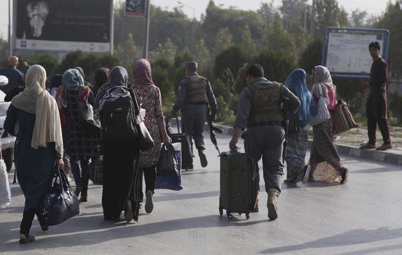 KBL02 KABUL (AFGANISTÁN) 25/08/2016.- Estudiantes de la Universidad Americana son escoltados por las fuerzas de seguridad mientras abandonan las instalaciones en Kabul (Afganistán) hoy, 25 de agosto de 2016, tras el ataque al centro educativo por parte de un grupo de tres insurgentes. El ataque finalizó hoy con la muerte de siete estudiantes, los asaltantes, tres guardias y tres policías, y casi medio centenar de heridos, informó hoy a Efe una fuente oficial. EFE/Jawad Jalali