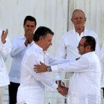"""Santos y """"Timochenko"""" firman la paz y terminan 52 años de guerra"""