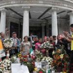 México: Bajo la lluvia miles despiden a Juan Gabriel en Palacio de Bellas Artes (VIDEO)