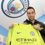 Claudio Bravo luce la camiseta número 1 en Manchester City