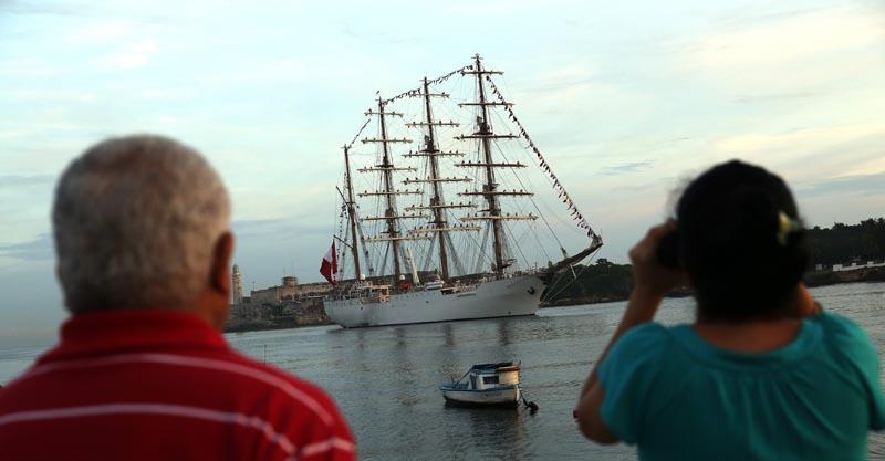 """HAB03. LA HABANA (CUBA), 13/09/2016.- Fotografía donde se ve el buque escuela """"Unión"""" de la Armada de Perú a su arribo hoy, martes 13 de septiembre de 2016, a la bahía de La Habana (Cuba). El """"Unión"""" es el mayor buque escuela de Latinoamérica y llega a La Habana como parte de sus recorridos de instrucción. EFE/Alejandro Ernesto"""