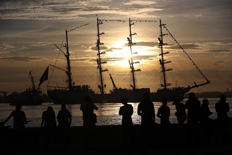 """HAB04. LA HABANA (CUBA), 13/09/2016.- Fotografía donde se ve el buque escuela """"Unión"""" de la Armada de Perú a su arribo hoy, martes 13 de septiembre de 2016, a la bahía de La Habana (Cuba). El """"Unión"""" es el mayor buque escuela de Latinoamérica y llega a La Habana como parte de sus recorridos de instrucción. EFE/Alejandro Ernesto"""