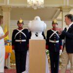 Botero dona escultura 'La paloma de la paz' a Presidencia colombiana (VIDEO)