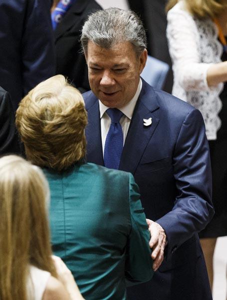 AGX10 NUEVA YORK (ESTADOS UNIDOS) 21/09/2016.- El presidente de Colombia, Juan Manuel Santos (d), saluda a su homóloga chilena, Michelle Bachelet (i, de espaldas), durante una reunión sobre el el reciente acuerdo de paz entre Colombia y las FARC celebrada en el marco del debate del 71 periodo de sesiones de la Asamblea General de Naciones Unidas, en la sede del a ONU en Nueva York, Estados Unidos, hoy, 21 de septiembre de 2016. EFE/Justine LaneLANE