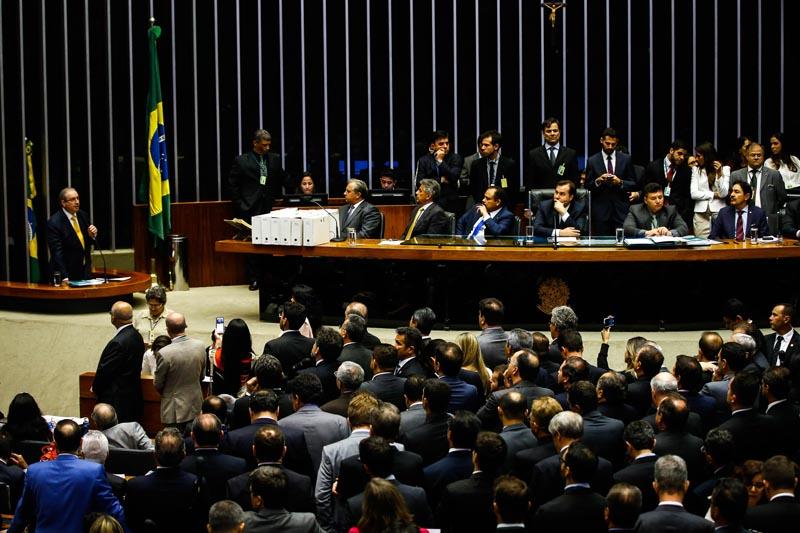 BRA103.BRASILIA(BRASIL), 12/09/2016.- El expresidente de la Cámara Baja de Brasil Eduardo Cunha (i) habla hoy, lunes 12 de septiembre de 2016, durante la votación para decidir si se le despoja de su mandato en Brasilia (Brasil). Cunha dirigió esa casa legislativa hasta julio pasado. EFE/FERNANDO BIZERRA JR