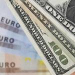 El dólar baja ante al euro y acaba mixto frente a otras destacadas divisas