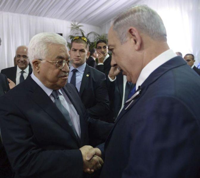 POOL-JER01 JERUSALÉN (ISRAEL) 30/09/2016.- El primer ministro israelí, Benjamin Netanyahu (d), saluda al presidente palestino, Mahmud Abás, durante el funeral de estado del expresidente israelí y premio Nobel de la Paz, Simón Peres, en el cementerio del Monte Herzl, en Jerusalén, Israel, hoy, 30 de septiembre de 2016. EFE/Ben Gershom PROHIBIDO SU USO EN ISRAEL. SOLO USO EDITORIAL, NO VENTAS