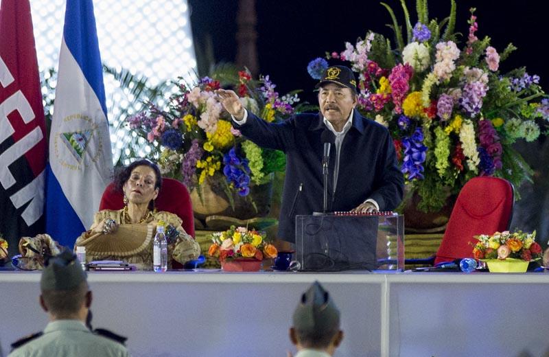 NI5011. MANAGUA (NICARAGUA), 02/09/2016.- El presidente de Nicaragua Daniel Ortega (d) habla junto a la primera dama de Nicaragua Rosario Murillo (i) en un acto por el 37 aniversario del Ejército de Nicaragua hoy, viernes 2 de septiembre de 2016, en Managua (Nicaragua). EFE/Jorge Torres
