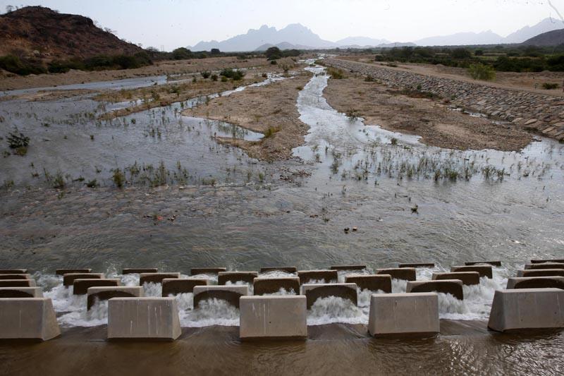 ACOMPAÑA CRÓNICA: PERÚ ACUEDUCTO. LIM07. OLMOS (PERÚ), 23/09/2016.- Fotografía de uno de los embalses que distribuye agua a cultivos agrícolas este domingo, 18 de septiembre de 2016, en Olmos (Perú). A 2.000 metros bajo los Andes, el acueducto más profundo de América conduce el agua para que miles de hectáreas de frutas y hortalizas crezcan en una de las zonas más desérticas y pobres de Perú, cuyo desarrollo económico se disparará este año al exportar sus primeras cosechas a Norteamérica y Europa. EFE/Ernesto Arias