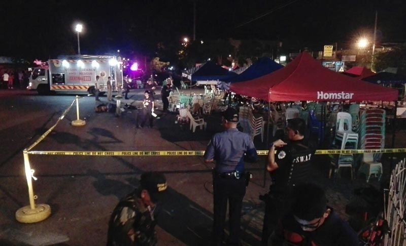 FRM104 DÁVAO (FILIPINAS), 02/09/2016.- Un policía del Departamento Operativo de Escena de Crímen (SOCO) vigila mientras se recogen evidencias en el sitio donde hubo una explosión en un mercado nocturno en Dávao, Filipinas, hoy, 2 de septiembre de 2016. Al menos 10 personas han resultado muertas y otras 60 heridas tras una explosión de la que aún se desconocen las causas. EFE/Cerilo Ebrano MEJOR CALIDAD DISPONIBLE