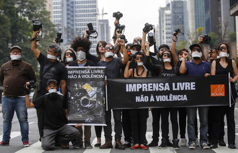 BRA04. SAO PAULO (BRASIL), 14/09/2016.- Fotógrafos protestan contra la violencia policial sufrida en la cobertura de recientes manifestaciones contra el Gobierno del presidente, Michel Temer, hoy, miércoles 14 de septiembre de 2016, en Sao Paulo (Brasil). El acto, convocado por la ONG Río de Paz, reunió en la mañana de este miércoles en la céntrica Avenida Paulista, frente al Museo de Arte de Sao Paulo (MASP), a unos treinta profesionales de la imagen, que con carteles, camisetas negras y parches en alguno de sus ojos reclamaron por la actuación policial en las últimas protestas. EFE/Sebastião Moreira